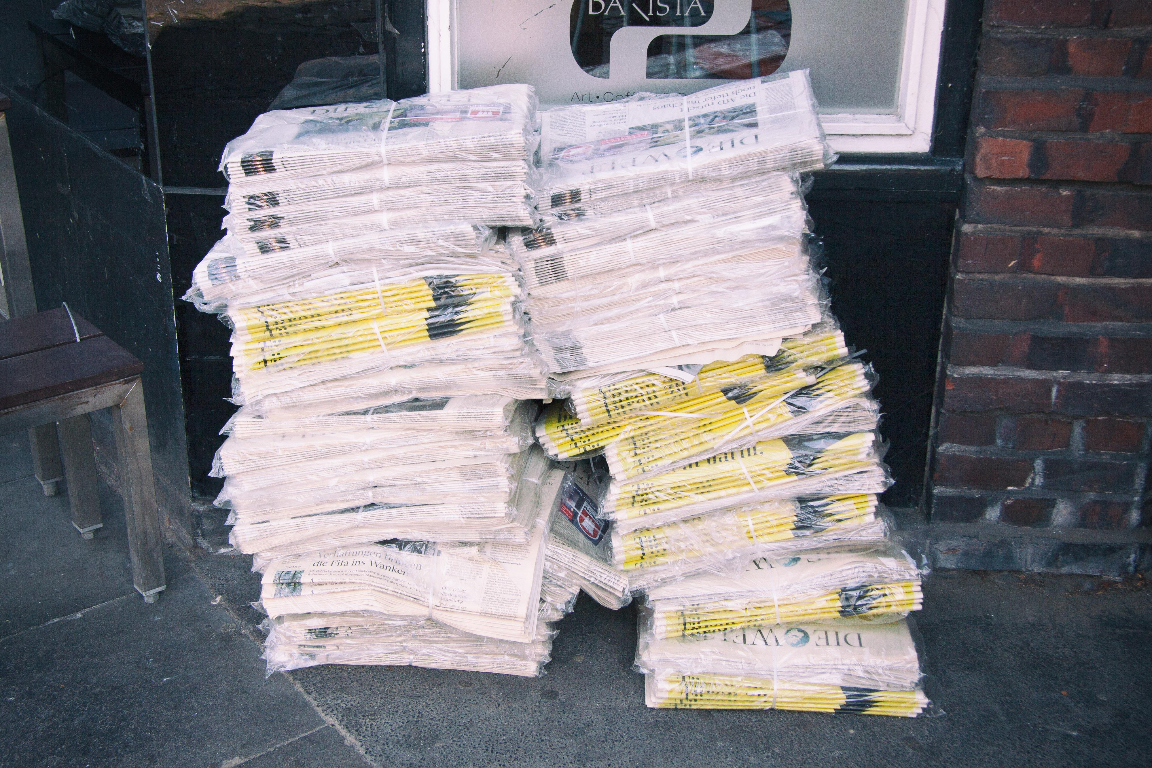 Zeitungsstapel wartet auf Zusteller